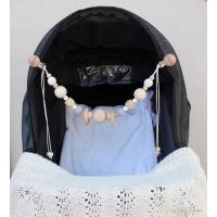 Barnvagnshänge by Baby Bubbles med gråa och vita virkade pärlor