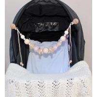 Barnvagnshänge by Baby Bubbles med rosa och vita virkade pärlor